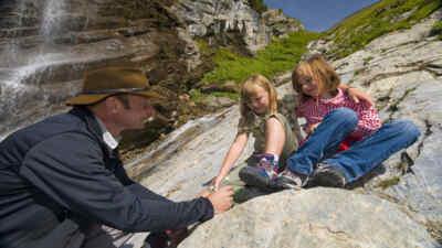 Ranger mit zwei Kindern