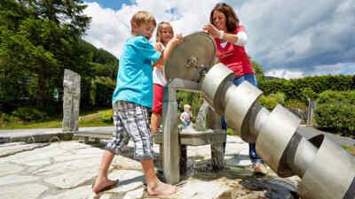 Familie an der Wasserkraftschraube