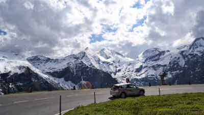 Elektroauto auf der Hochalpenstraße vor dem Gebirge