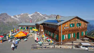 Die Edelweißhütte mit Gastgarten am Großglockner