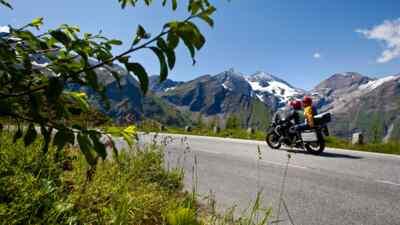 Motorradfahrer mit Begleiter
