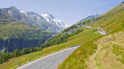Alpenstraßen Österreich: Die Hochalpenstraße mit dem Grossglockner im Hintergrund