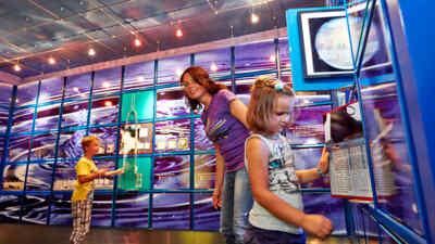 Kinder mit Mutter in der Ausstellung