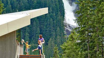 Kinder und Frau auf der Aussichtsterrasse
