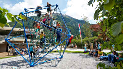 Kinder am Klettergerüst