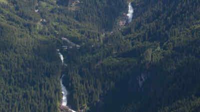 Fluss zwischen den Wäldern